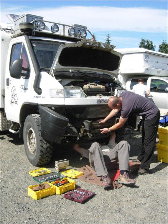 Auch grosse Autos sind nicht vor Pannen geschützt - Wieder einmal die Kühlerhalterung gebrochen.