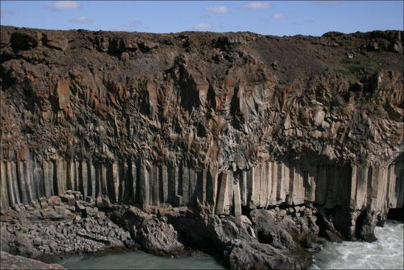 Basaltsäulen, beim Erstarren der Lava entstanden