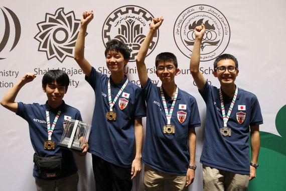 左から 高谷悠太さん、川﨑理玖さん、河原井啓さん、坂部圭哉さん  写真提供:情報オリンピック日本委員会