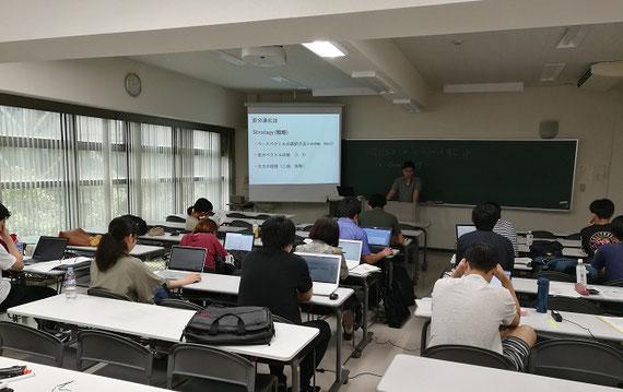大阪府立大学、信州大学、千葉大学との合同ゼミの様子。学生の研究発表と研究スキルのレクチャーを通じ、他大学の学生と切磋琢磨しています。