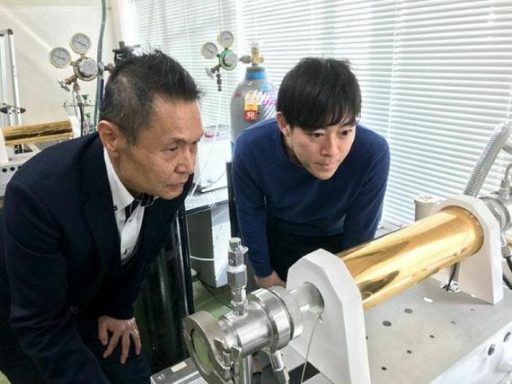 実験風景。超伝導膜を熱処理している様子を確認している。金色の筒状のものは、赤外線を閉じ込めて超伝導薄膜に熱を与えている環。