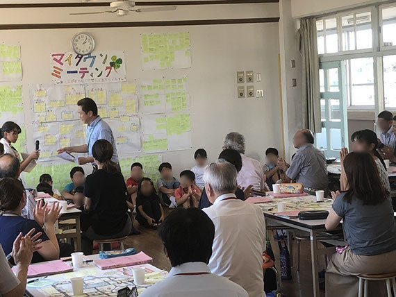 「ひとりぼっちのいないまちづくり」の授業(マイタウンミーティング)の一風景。小学4年生が自分たちの町について地域の人の知恵を借りて考え発表しています。