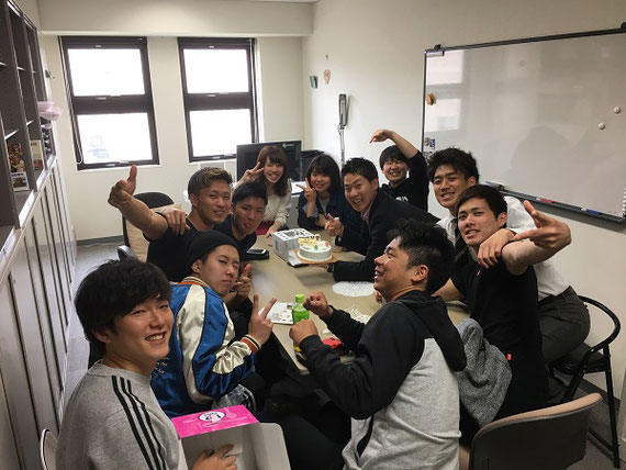 個性派揃いの桜井ゼミです。 ゼミ生のひとりが留学するので研究室でケーキ壮行会をしています(2018年4月12日)