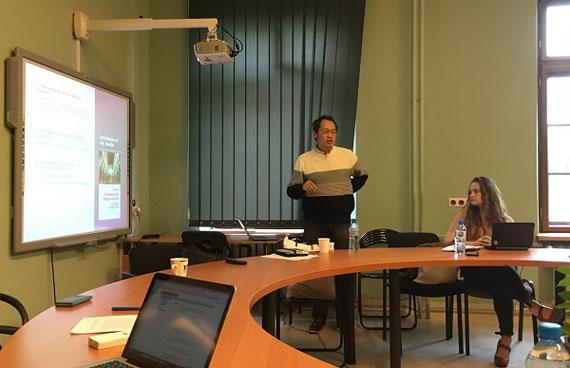 ヤゲロニア大学(ポーランド)での招待講演の風景(2019年11月)〔この科研の内容に関する講演をインド学・チベット学を学ぶ学生・研究者を相手に行っているところ〕