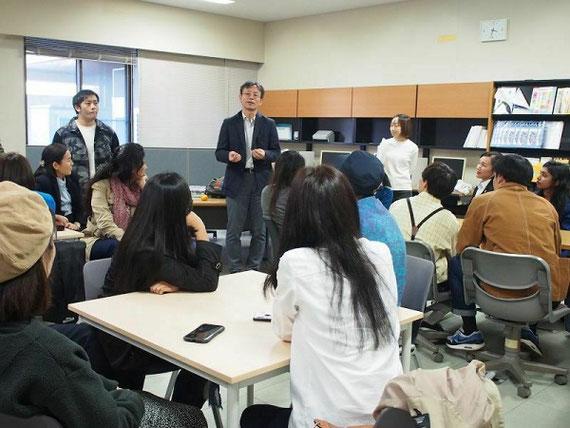 キルギスタンとバングラデシュからの来訪者をお迎えして(日本科学技術振興機構の「さくらサイエンスプラン」にて来日。中央が高藤誠教授、研究室の概要やスケジュールを説明)