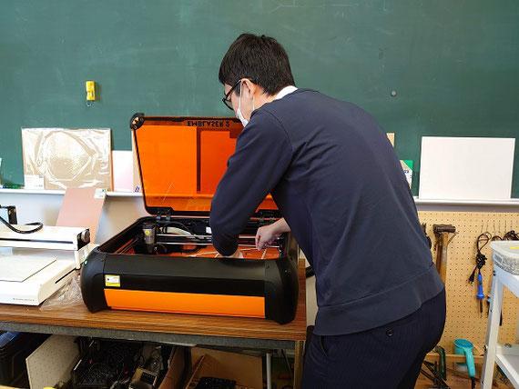 レーザーカッターを利用して教材に利用する部品を製作しています。 デジタル工作機械を活用することで、必要な部品を自作することができます。