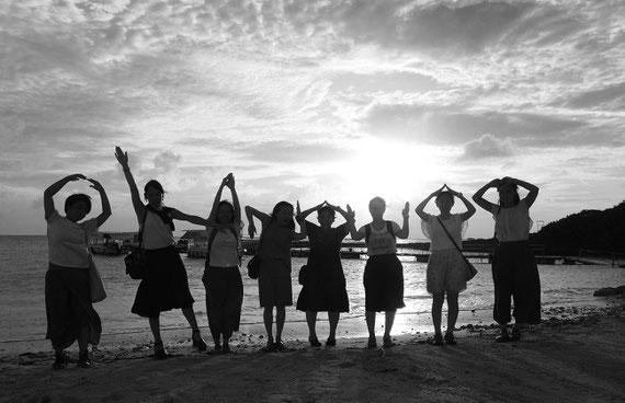 """Gukuruとの共同研究「長野・沖縄の文化・自然・環境を活かしたヘルスツーリズムの開発」のため、ゼミメンバーで沖縄に行き、コミュニティヘルスに関する取り組みについて調査をしました。写真は全身を使って""""OKINAWA♡""""と書いています。"""