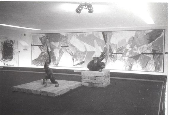 """タピエは1957年以降も日本でたびたび展覧会を開催しましたが、そこでは欧米人の作品だけでなくタピエが評価した日本人の作品も一緒に並べられました。手前の2点の立体的な作品は、生きた花ではなく木材を使った""""前衛いけばな""""です。(写真提供:兵庫県立美術館)"""