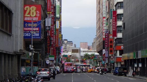 統計資料の収集のために台湾島台北市を訪れました。補習班と呼ばれる塾が多い台北駅周辺の様子が写っています。