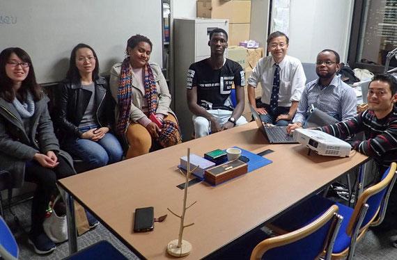 ゼミでの一コマ。アジア、アフリカ、アメリカなど世界各地の留学生が集まってきています。