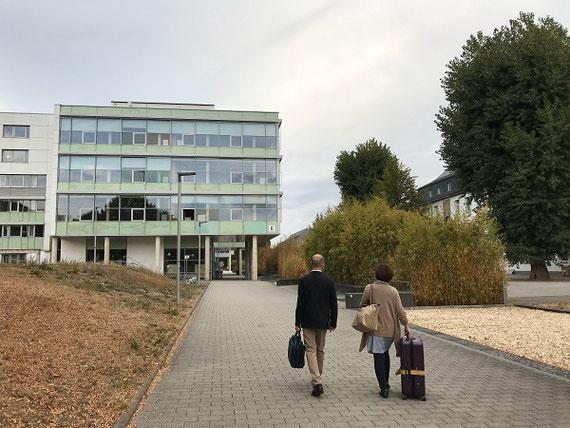 ドイツ教育学会開催中のコブレンツ大学。前をいく後ろ姿の二人は、野平慎二さん(愛知教育大学)と藤井佳世さん(横浜国立大学)。三人で学会報告しました。