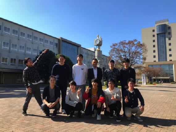 静大工学部のある浜松キャンパスにて。毎年研究室メンバーと集合写真を撮っています。