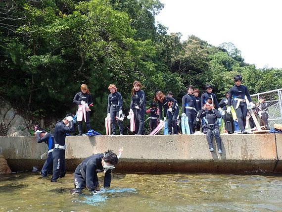 臨海実習の1コマ。舞鶴京都大学臨海実習所にて、シュノーケリング講習。一番手前で真っ先に海に入っているのが私。