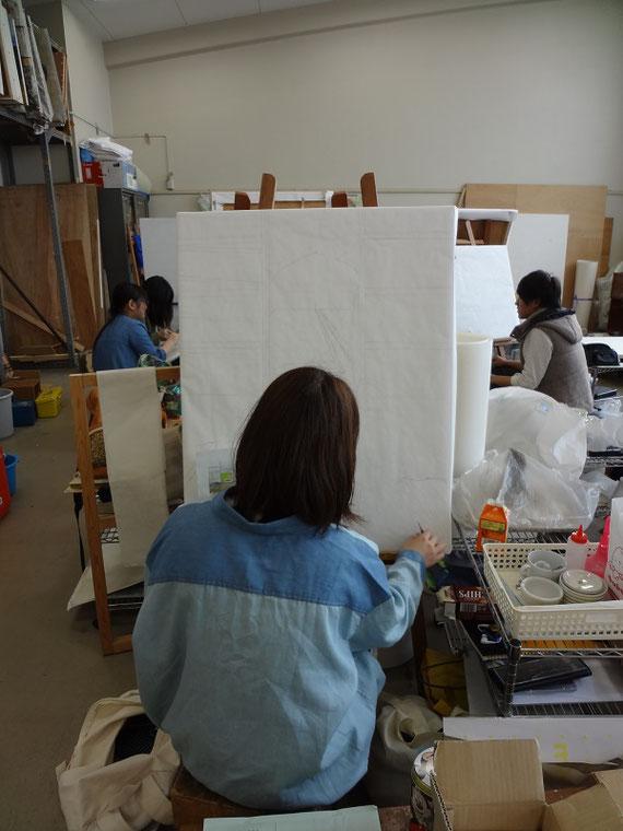 授業での日本画実習の様子