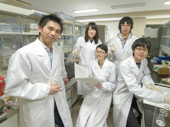 実験室での様子。研究室に所属する学部生・大学院生と一緒に研究を楽しんでいます。実験だけではなく最新論文に目を通して、知識を増やしていくことも大事です。