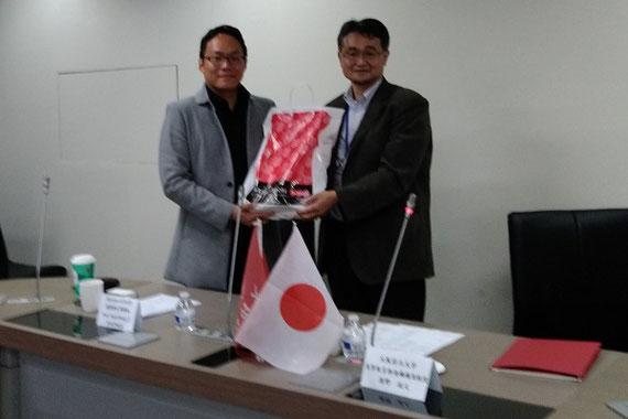 台湾の大学訪問調査。学長との記念写真。
