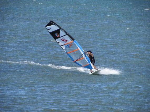 趣味のウインドサーフィン  30年以上続けている趣味のウインドサーフィン(写真は浜名湖でウインドサーフィンする喜多)。浜松市は2018年に「マリンスポーツの聖地」宣言をしている。