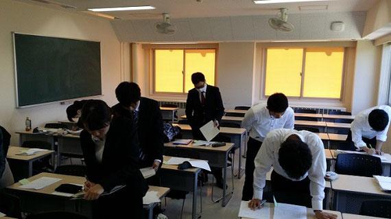 大学の授業において他者のレポート課題の内容(多様な解法の分析)をよみとっているところです。机間巡視の体験です。