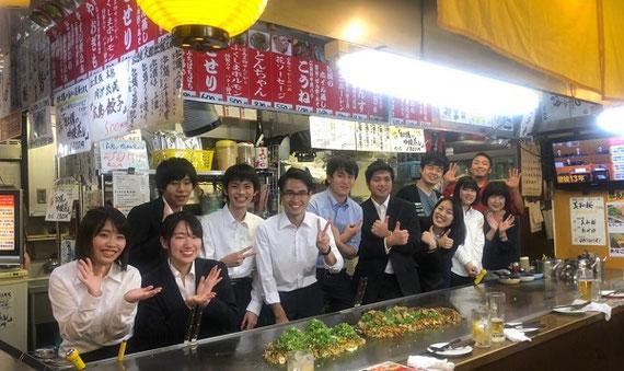 フィールドスタディー授業で広島に。 明治大学経営学部では「学生を社会に飛び込ませる」試みを多く行っています。 これは受講生と広島に行き、オタフクソースでプレゼンをした後、お好み焼きを実習した時の写真。
