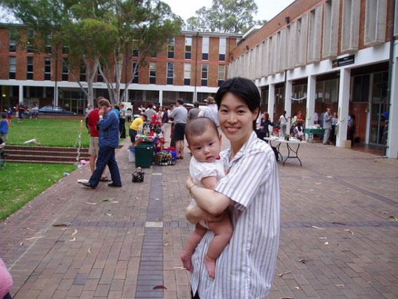 オーストラリア国立大学には、子供が生後3か月のときに一緒に行きました。写真は夏のクリスマスパーティーにて。