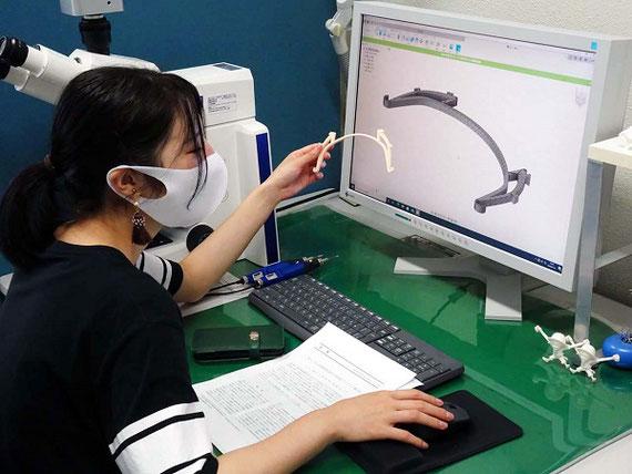 3Dモデリングと3Dプリンタを用いた実験活動の様子 。臨床検査技師を目指す学生がフェイスシールドの3Dデータを作成し、3Dプリンタで印刷している様子です。 当研究室では新型コロナウイルス対策に有用な技術を学生教育にいち早く取り入れて、地域医療機関が必要とする人材育成に努めています。 なおこのような技術教育を行っているほか、感染症指定病院をはじめとする新型コロナウイルス感染患者受け入れ先 、地域医療機関に対しては3Dプリンタで大量製造したフェイスシールドを配布するなどして協力しています。