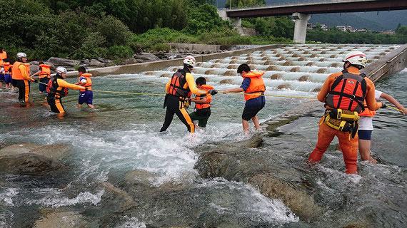 中学生を対象にした、実際の河川を使った水難事故防止教育