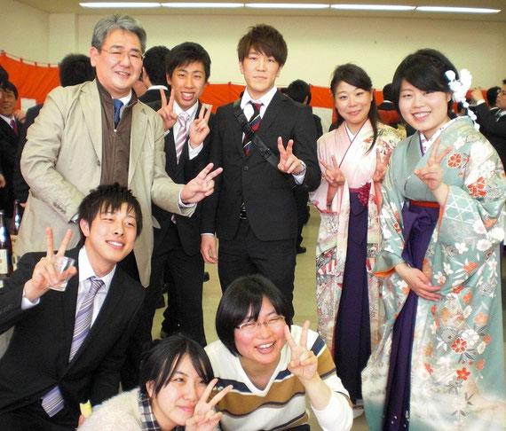 2015年度の卒業式の後の祝賀会で、研究室の学生や卒業生と記念写真 (2016年3月24日)