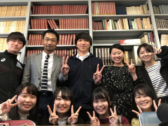 ゼミを行う国語資料室にて、ゼミの学生とともに