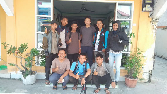 インドネシア・中央カリマンタンにて、現地調査員とともに