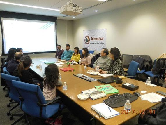 ニューヨーク市で、バングラデシュ社会について話しあっている移民第二世代の子どもたち