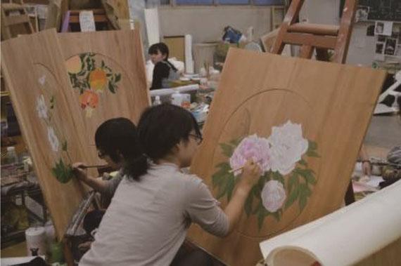 新潟にある「白山媛神社」という神社の天井画再現事業を学生と共働で取り組んだ時の制作風景です。