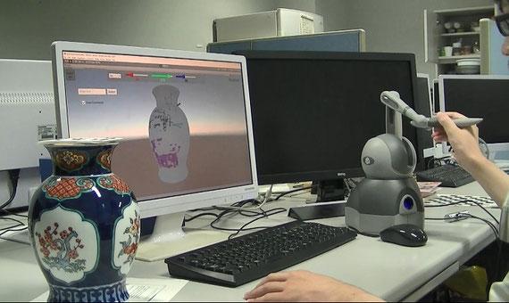 三次元物体への絵付け学習支援システム(VR仮想花瓶上に描画して練習しているところ)