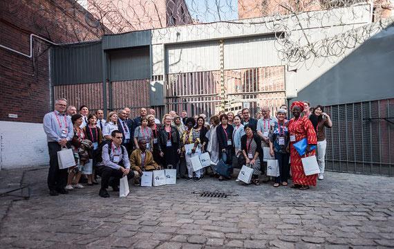 国際会議のプログラムで刑務所図書館を見学後 (2017年夏,ポーランド;筆者は一番右)