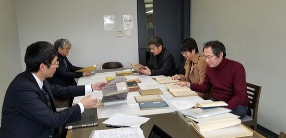龍谷大学図書館での因明(仏教論理学)文献の調査風景(2019年1月)〔桂紹隆教授,稲見正浩教授等とともに江戸時代の仏教論理学関係の古書を調査しているところ。手前右が筆者。〕
