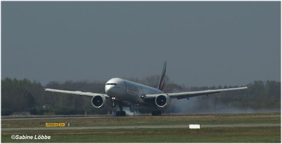 Boing 777-300 bei der Landung