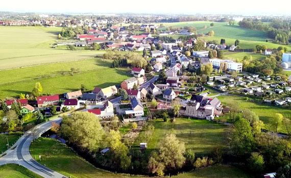 """Lotzdorf zieht sich von der Röder-Aue bis zum Sandberg östlich der Badstraße. Vorn rechts die """"Rasenmühle Lotzdorf"""", rechts oben der Schafberg mit dem Friedhof im Hintergrund..  Foto: G. Richter"""