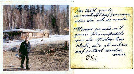 Georg Naumann an der Naturgas-Station, aufgenommen 1968. Von hier aus wurden das Sägewerk und das Logging Camp mit allen Nebeneinrichtungen mit Naturgas versorgt. Der informative Rückseitentext stammt von ihm.