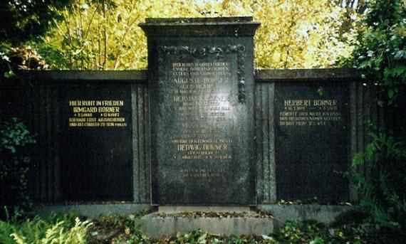 Die ehemalige Grabanlage (Gruft) der Familie Börner auf dem Friedhof Radeberg, Mauer Ost