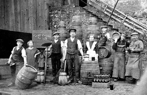 Max Börner und Hedwig Börner (Mitte) mit der Belegschaft ihrer Brauerei, ca. 1920