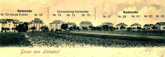 """Badstraße mit """"Gruß aus Lotzdorf""""; Ansichtskarte von 1901 (Ausschnitt);  das zweite Haus v. li. Ist das beschriebene Haus Nr. 55;  Beschriftung """"Straße/Nr."""" ist im Bild eingefügt"""