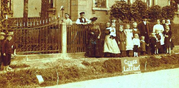 """""""Gruss aus Lotzdorf"""" verkünden die Bewohner des Hauses Badstraße 55 voller Stolz auf der Ansichtskarte von 1909"""