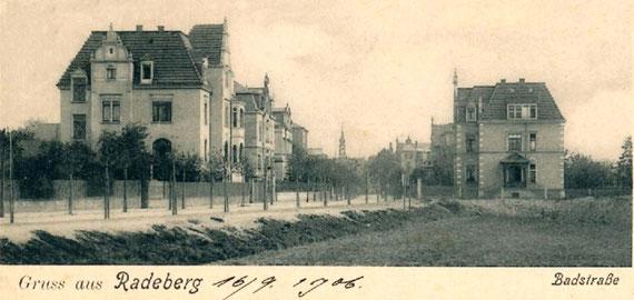 Die Badstraße stadteinwärts gesehen mit den bis 1906 gebauten Stadtvillen. Links Badstr. 14 (Baumstr. Paul Schmutzler, mit den Wohnungen für die Radeberger Amts-richter), dahinter Nr. 12 (Baumstr. Robert Schmutzler, ab 1911 Prof. F. Schwabe). Rechts Nr. 9