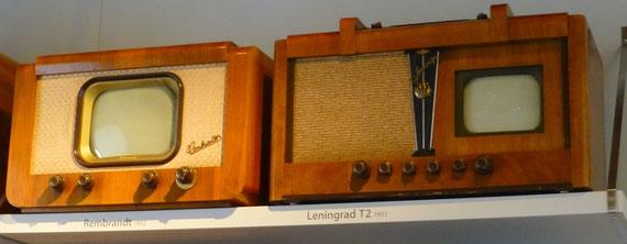 """Fernsehgeräte """"Leningrad T2"""" (rechts) und das Nachfolgegerät  """"Rembrandt"""" in der Industrieausstellung Schloss Klippenstein Radeberg"""