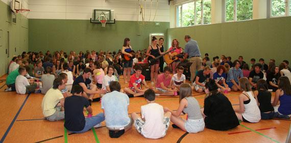 Volle Begeisterung bei den Dreharbeiten zum Cup Song in der Lotzdorfer Turnhalle  Foto: Ludwig-Richter-Schule Lotzdorf, mit Dank für die Veröffentlichungs-Genehmigung