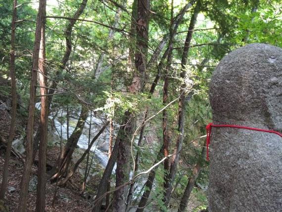 不動様の向こうに見える不動の滝