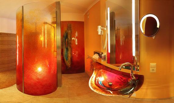 moderne Zimmer mit farbigen Magma-Glas-Duschen und beleuchteten Waschbecken