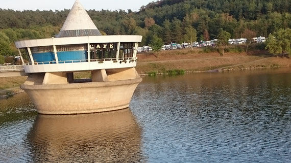 Cafe im See und der Reisemobilhafen Twistesee
