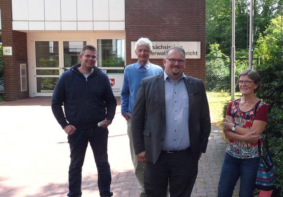Rechtsanwalt Henning J. Bahr (vorne) mit Mitgliedern der IG Oelinger Hafen vor dem OVG in Lüneburg