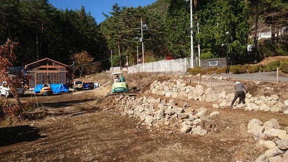 敷地造成時に出た石を使っての擁壁石積み作業