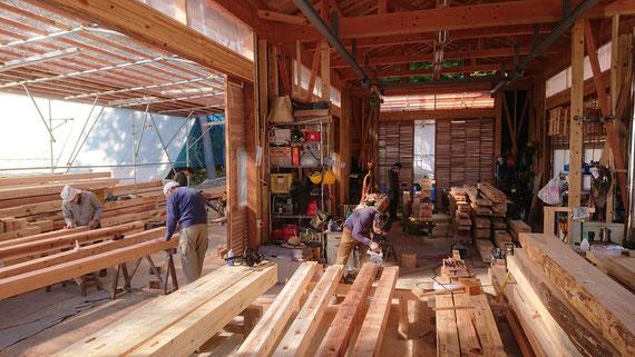 「工房」架構材の墨付け・加工の協働作業